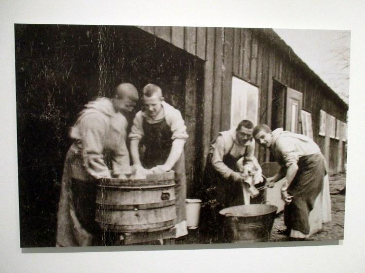 abdij - novicen doen de was Marienkroon 1934